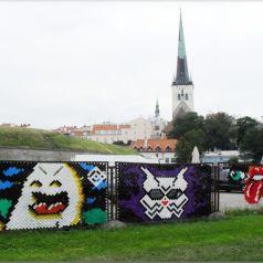 Граффити из цветных чашечек. Арт проект дуэта Multistab.