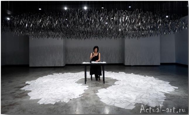 Арт-инсталляция Бейли Лю: два кольца, два конца, а посередине китайская художница